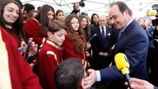 François Hollande saluant des chrétiens d'Orient le samedi 21 février.
