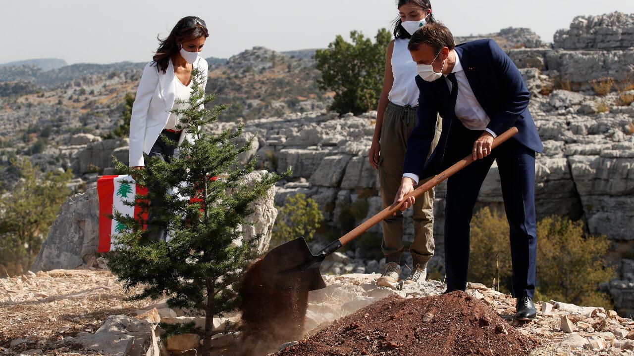 El presidente francés Emmanuel Macron planta un cedro, árbol nacional del Líbano, en una reserva cercana a Beirut en la fecha en que se conmemora un siglo de la creación del Líbano, el 1 de septiembre de 2020, en compañía de representantes de la ONG Jouzour Loubnan.