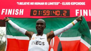 Eliud Kipchoge, poseedor del récord mundial de maratón, celebra después de un intento exitoso de correr un maratón en menos de dos horas en Viena, Austria, el 12 de octubre de 2019.