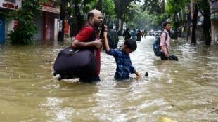 Des habitants de Bombay sous les eaux, le 29 août 2017.