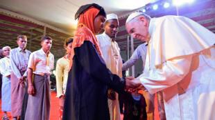 """El Papa Francisco se encuentra con un grupo de refugiados """"Rohingya"""" durante una conferencia interreligiosa en la Catedral de Santa María en Daca"""