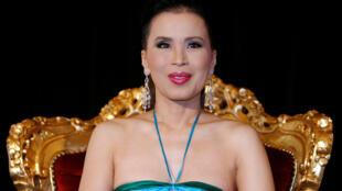 La princesa tailandesa, Ubolratana Rajakanya, posa durante una conferencia de prensa en el 61º Festival de Cine de Cannes el 15 de mayo de 2008.