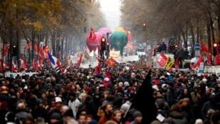Des centaines de milliers de personnes ont manifesté et fait grève dans plusieurs grandes villes de France et à Paris, le 5 décembre 2019.