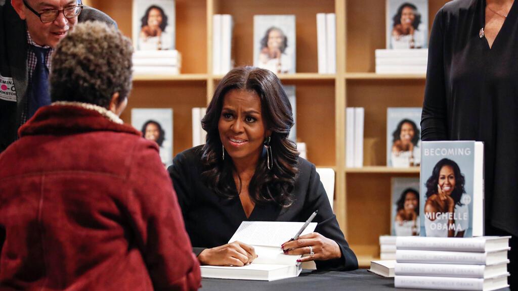 La exprimera dama Michelle Obama firma copias de sus memorias 'Becoming' en una librería en Chicago, Illinois, EE. UU., el 13 de noviembre de 2018.