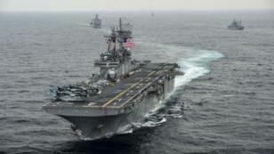 """سفينة الإنزال الأمريكية """"يو إس إس بوكسر"""" في بحر العرب. 7 مارس/آذار 2016."""