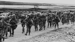 Soldados argentinos son vistos el 13 de abril de 1982 camino a ocupar la base de los marines capturados en Puerto Argentino/Stanley, unos días después de que la dictadura argentina se apoderara de las Islas Malvinas/Falklands.