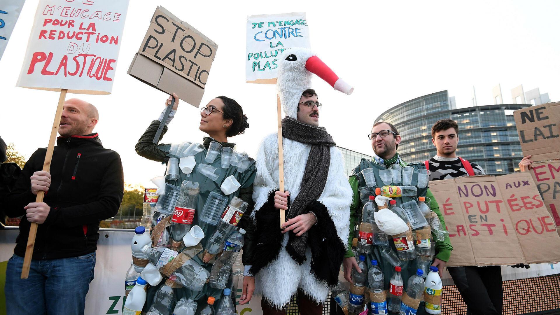 Varias personas protestan frente al Parlamento Europeo en Estrasburgo, Francia, ante la votación para prohibir los plásticos de un solo uso, el 23 de octubre de 2018.