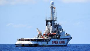 El barco de la ONG española Open Arms, lleva 17 días navegando sin aún poder atracar en un puerto. 16 de agosto de 2019.