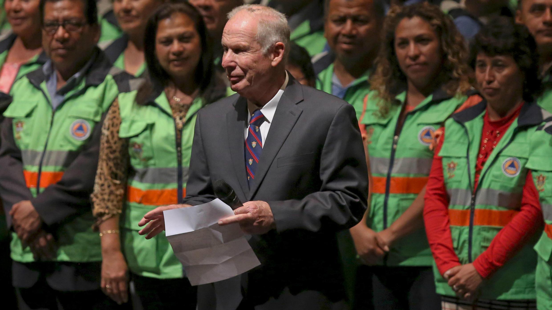 El expresidente y alcalde de Guatemala, Álvaro Arzú, ofrece un discurso en su última aparición pública durante la presentación del Plan de Administración de Vulnerabilidad y Emergencias de la Municipalidad de Guatemala, en el Teatro Nacional de Guatemala, en la Ciudad de Guatemala, el 24 de abril de 2018.