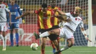 تنافس على الكرة بين لاعب الوداد البيضاوي المغربي أيمن الحسوني (إلى اليسار) ولاعب الترجي التونسي العاجي فوسيني كوليبالي خلال إياب الدور النهائي لدوري أبطال إفريقيا في كرة القدم، في 31 أيار/مايو 2019.