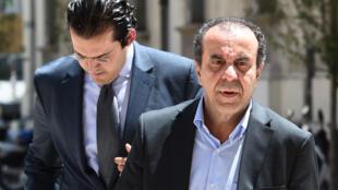 صورة بتاريخ 19 حزيران/يونيو تظهر بلحسن الطرابلسي صهر الرئيس التونسي الراحل زين العابدين بن علي ومحاميه في محكمة آيكس أون بروفانس