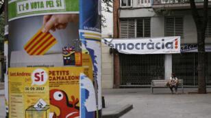Des affiches en faveur du référendum dans les rues de Barcelone, en Catalogne, le 16 septembre 2017.