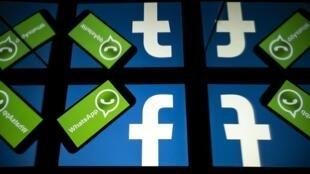 En esta foto de archivo tomada el 5 de octubre de 2020, el logotipo de Facebook y WhatsApp se ven en las pantallas de un teléfono inteligente y una tableta en Toulouse, suroeste de Francia