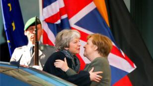 La canciller alemana, Angela Merkel, se despide de la primera ministra británica, Theresa May, luego de una reunión sobre el Brexit, en Berlín, Alemania, el 9 de abril de 2019.