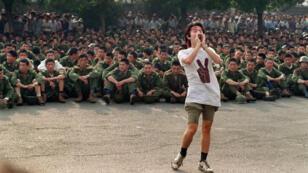 Un étudiant pro-démocratie demande aux soldats de rentrer chez eux, le 3 juin 1989, sur la place Tiananmen, à la veille de la répression à Pékin.
