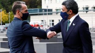 وزير الخارجية الإماراتي الشيخ عبدالله بن زايد آل نهيان (يمين) يحي وزير الخارجية الألماني هايكو ماس قبل زيارتهما لنصب محرقة اليهود في برلين في 6 تشرين الأول/أكتوبر 2020 .