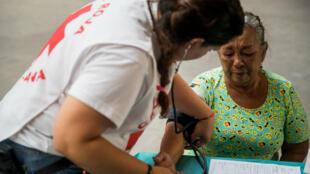 Un grupo de personas asiste a una jornada de atención médica en Caracas, Venezuela, el 28 de abril de 2019.