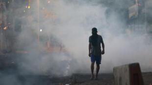 Un partidario del candidato presidencial Salvador Nasralla camina en una calle durante una protesta causada por el retraso en el conteo de votos para las elecciones presidenciales en el barrio de Villanueva en Tegucigalpa, Honduras, 1 de diciembre de 2017