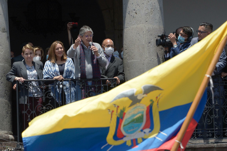 El presidente de Ecuador, Guillermo Lasso, se dirige a los partidarios que se reunen frente al palacio presidencial de Carondelet en Quito, el 20 de octubre de 2021