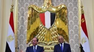 الرئيس المصري عبد الفتاح السيسي أثناء حلف اليمين لولاية رئاسية ثانية مع رئيس البرلمان علي عبد العال في 2 يونيو/حزيران 2018 في القاهرة