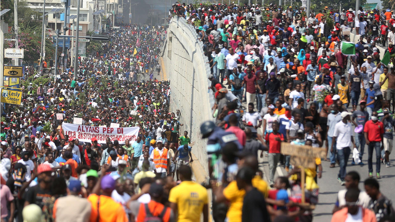 Manifestantes participan en una protesta contra ex funcionarios del gobierno acusados de mal uso de los fondos de Petrocaribe y la tasa de inflación del país en Puerto Príncipe, Haití, 7 de febrero de 2019.