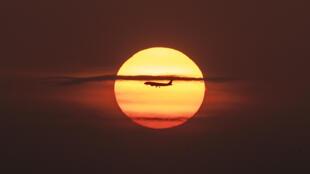 Esta imagen de archivo, tomada en abril de 2019 en Ciudad de Panamá, muestra a un avión sobrevolando la Bahía de Panamá