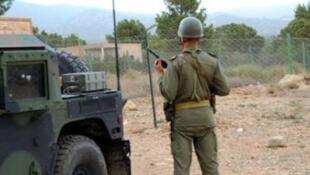 Des soldats tunisiens patrouillent près du mont Chaambi, le 11 juin 2013.