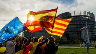 مظاهرة مناهضة لاستقلال كاتالونيا أمام البرلمان الأوروبي 24 تشرين الأول/أكتوبر 2017