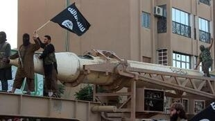 """صورة من موقع ولاية الرقة، عناصر من تنظيم """"الدولة الإسلامية"""" يستعرضون صاروخا في الرقة"""