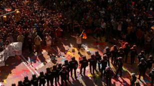 Manifestantes independentistas se enfrentan a los policías de Mossos d'Esquadra, quie intentan evitar choques con una manifestación en apoyo de las unidades policiales españolas, en Barcelona, el 29 de septiembre de 2018.