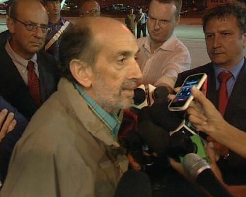 صورة للصحافي الإيطالي دومنيكو كيريكو أثناء وصوله إلى مطار روما