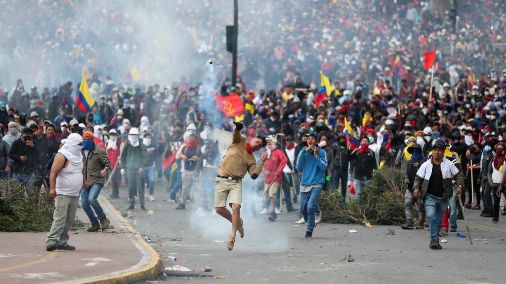 Manifestantes se enfrentan a agentes de policía durante una protesta contra las medidas de austeridad del presidente de Ecuador, Lenín Moreno, en Quito, Ecuador, el 8 de octubre de 2019.