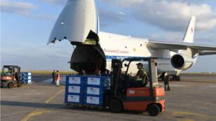 Chargement d'aide humanitaire à destination de la Syrie à bord d'un avion cargo russe Antonov, le 20 juillet à Châteauroux, dans le centre de la France.