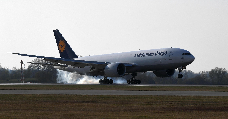 Un avión cargo de la compañía Lufthansa aterriza en el aeropuerto Franz Josef Strauss de la ciudad alemana de Múnich el 7 de abril de 2020 con millones de mascarillas a bordo procedente de Shanghái