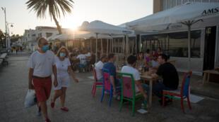 La gente disfruta en un restaurante en la playa de Pedregalejo en Málaga, España, el 23 de mayo de 2020