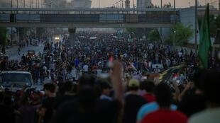 متظاهرون يتجمعون في احتجاج خلال حظر التجول في بغداد، العراق، 4 أكتوبر/تشرين الأول 2019.