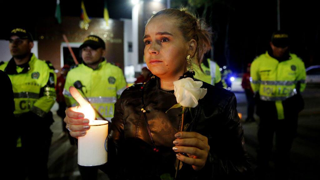 Ciudadanos y policías participaron en un plantón el jueves 17 de enero de 2018 frente a la Escuela de Cadetes de Policía General Francisco de Paula Santander, en Bogotá, tras el atentado con un carro bomba que cobró la vida de 21 personas.