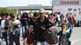 مهاجرون يعبرون الحدود بين المجر والنمسا في 10 أيلول/سبتمبر 2015