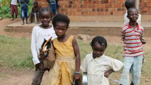 Des enfants durant une distribution de nourriture du Programme alimentaire mondial (PAM) à Bangui, en juillet 2014.
