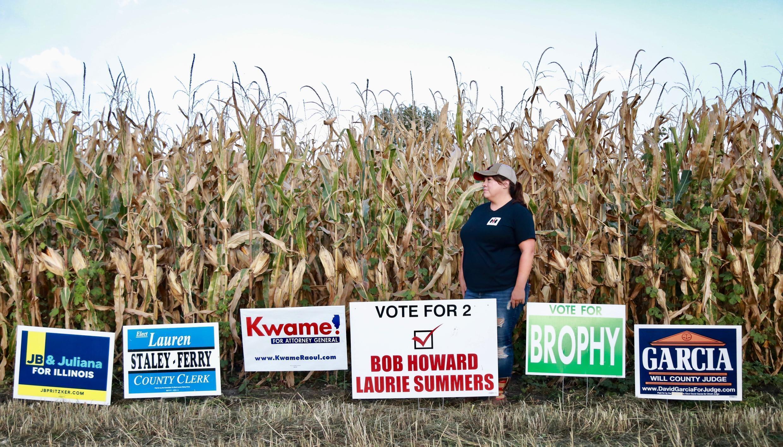 Sur la bordure de son champs de maïs, Nicole Issert a planté des pancartes en soutien aux candidats démocrates de sa communauté aux élections de novembre.