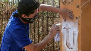 Un manifestante antigubernamental nicaragüense mientras pintaba un símbolo en Managua el 13 de abril de 2019 antes del primer aniversario del inicio de las protestas contra el presidente Daniel Ortega.