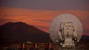 هوائي تلسكوب الما في صحراء أتاكاما في 2013