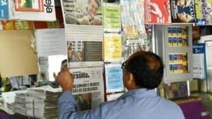 Un homme lit un journal dans un kiosque au lendemain de l'élection présidentielle au Brésil, le 29 octobre 2018