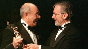 Stanley Donen, recevant en mars 2013, des mains de Steven Spielberg un ACE Awards, pour l'ensemble de sa carrière..