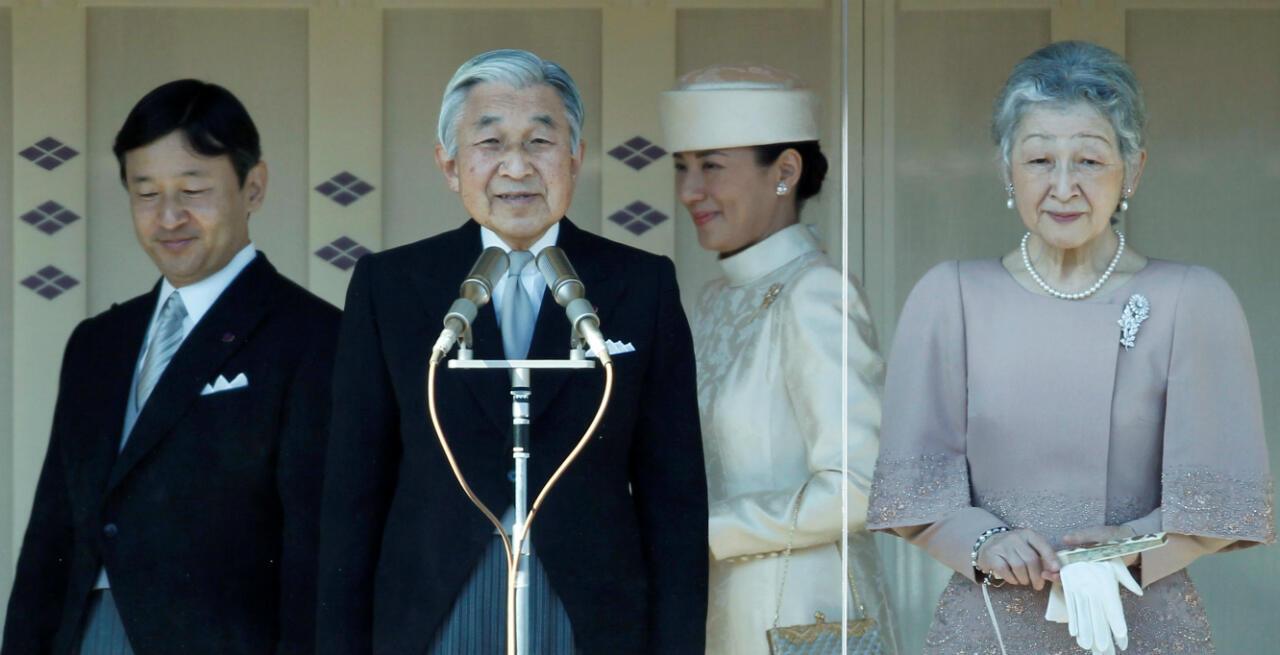 L'empereur Akihito et l'impératrice Michiko s'adressent à la foule lors du 77eanniversaire de l'empereur le 23décembre2010, à Tokyo. À leurs côtés, leur fils Naruhito et la princesse Masako.