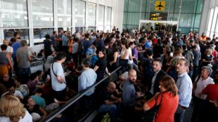 Los manifestantes bloquean la entrada al aeropuerto como respuesta a la sentencia, en Barcelona, España, el 14 de octubre de 2019.