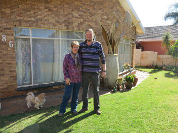 Debbie et son mari Hennie. Toux deux estiment que les organisations racistes blanches comme le AWB (Afrikaneer Wieerstands Beweging) lancent des rumeurs pour affoler les Blancs sur l'après-Mandela.
