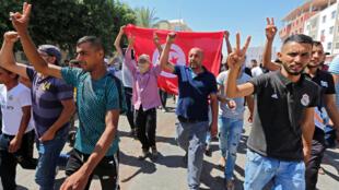 Manifestation en faveur de la libération du militant Tarek Haddad devant le tribunal local de Tataouine, le 23 juin 2020.