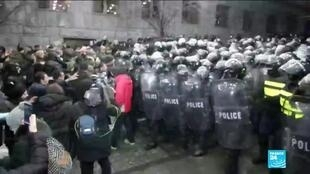 2019-11-26 14:39 Police in Georgia use water cannon to disperse protesters