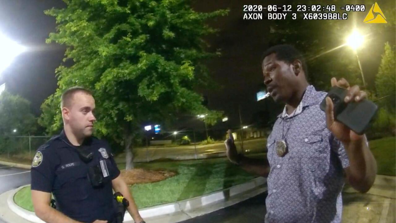 Captura de pantalla del video que muestra el control de alcoholemia realizado por la policía de Atlanta a Rayshard Brooks, en Atlanta, el 12 de junio de 2020.